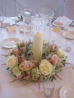 6x hurricane vases with candles and a ring of flowers