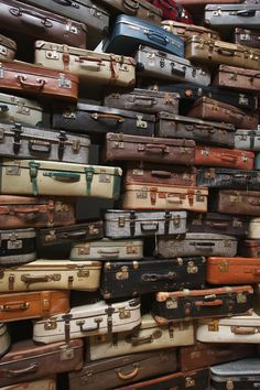 Accumulation - Searching for the Destination [Marugame Genichiro-Inokuma Museu. - Accumulation – Searching for the Destination [Marugame Genichiro-Inokuma Museum of Contemporary Art, Kagawa] Vintage Suitcases, Vintage Luggage, Museum Of Contemporary Art, Modern Art, Gravure Illustration, Instalation Art, Inspiration Artistique, Bokashi, Artistic Installation