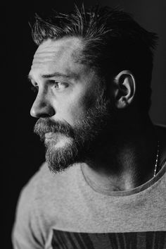 Modern Hepburn - charlidos: Tom Hardy photographed by Jeff. Tom Hardy, Look At You, How To Look Better, Estilo Bad Boy, Modern Hepburn, Le Male, Joseph Gordon Levitt, Actrices Hollywood, Moustaches