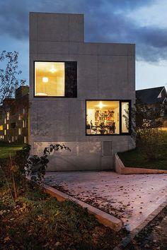 Fachada de casa moderna com quadrados de vidro transparente