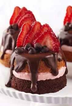 Valentine dessert Mini Strawberry & Chocolate Party Cakes - having my own solo vday celebration. wine and dessert. Mini Desserts, Valentine Desserts, Bite Size Desserts, Just Desserts, Dessert Recipes, Valentines, Party Desserts, Valentine Nails, Valentine Cake