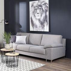 Vaaleanharmaa sohva korostuu upeasti tummansinistä seinää vasten  Malli: Poet Vaihtoehdot: 2- ja 3-istuttava sohva, modulisohva, tuoli, rahi Jälleenmyyjä: Sotka-myymälät  #pohjanmaan #pohjanmaankaluste  #koti #sohva #olohuone #livingroominspo #livingroomdecor