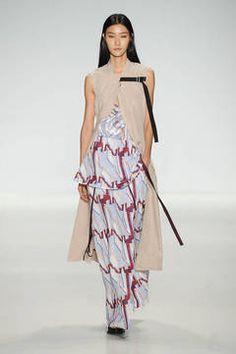 Richard Chai Love – Sie ist gekommen, um zu bleiben – die Weste, die bereits im Herbst und Winter als Mantel-Alternative ihren großen Auftritt hatte. Die schönsten Looks vom Laufsteg mit dem Trend für 2015 gibt es hier.