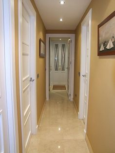 Pasillo con tarima en roble con puerta modelo l62 roble y - Puertas lacadas blancas ...