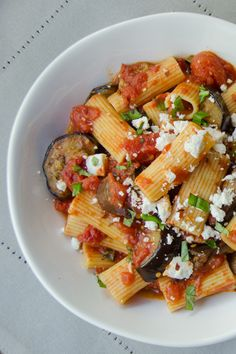 Pasta à la Norma is a hearty and delicious recipe. Sauteed eggplant, finished in a sauce with canned tomatoes, garlic and a pinch of red pepper flakes. Blue Jean Chef, Easy Skillet Meals, Vegetarian Recipes, Healthy Recipes, Eggplant Recipes, One Pot Meals, Pasta Dishes