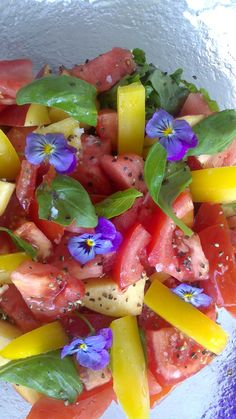 Tomater, vattenmelon, basilika, gul paprika & penseblommor Fruit Salad, Salsa, Mexican, Ethnic Recipes, Food, Fruit Salads, Essen, Salsa Music, Meals