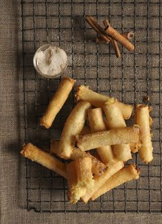 Milk tart Springrolls - Magic happens when two cuisines meet! Tart Recipes, Dessert Recipes, Yummy Recipes, Recipies, Eid Breakfast, Milk Tart, Good Food, Yummy Food, South African Recipes