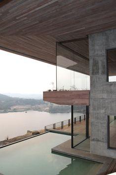 Una casa sobre una roca.  Casa Gota Dam: proyecto de Sforza Seilern Architects. Africa Fotografías de Angela Geddes y Bruce Rowlands. #arquitectura #arquitecturasingular #arquitecturaenafrica