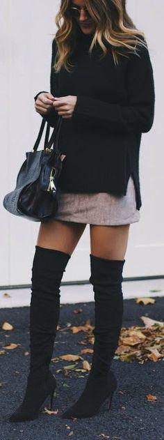 Ella tiene puesto una chamarra negra con una falda morada baja y botas. La chamarra cuesta cuarenta dólares. La falda cuesta sesenta dólares y las botas cuestan treinta dólares.