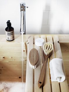 The Bath Brush With Long Handle from Swedish brand Iris Hantverk is hand crafted from oak and horse hair, specially selected as a material for body Sauna Accessories, Bathroom Accessories, Storing Spices, Drain Away, Nordic Living, Bath Brushes, Swedish Brands, Minimalist Scandinavian, Relaxing Bath