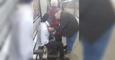 What a wonderful act of kindness! A photo of this incident is going viral