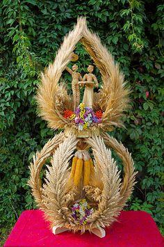 wieńce dożynkowe Divine Mercy Image, First Communion Decorations, Beautiful Landscape Wallpaper, Doll Patterns Free, Creation Crafts, Weaving Designs, Fall Wedding Flowers, Weaving Art, Flower Arrangements