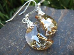 Did you know? Crystal earrings bring luminosity to your face and make your eyes shine. Want more tips? Follow me! www.pinterest.com/everdesigns #jewelry #styling #tips