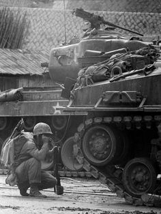 A small phone at the back of Sherman Tank being use by G.I's to assist Tank Crew M26 Pershing, Warring States Period, Military Modelling, War Photography, Us Marine Corps, Korean War, Panzer, Vietnam War, Warfare
