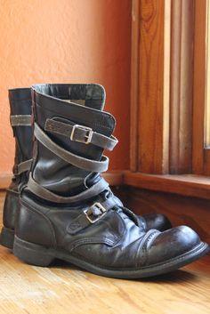 Awesome paar Jahrgang 1950 Ära militärischer Ausgabe Tanker Stiefel. Schwarze Lederstiefel Tankwagen verfügen über eine einzigartige Wrap-around-Leder-Riemen-Design mit Schnallen-Verschlüssen an der Spitze des Knöchels und entlang der Oberseite des Fußes. Gummisohlen an den Zeh mit schweren schwarzen Nitro ölbeständig abgerundet. Stilvolle und schwere Pflicht-Stiefel sind in gutem Zustand mit einigen altersbezogene tragen. Das Ende des Riemens am rechten Stiefel fehlt knapp unterhalb der…