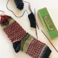 Ich habe gestern Abend im (fast 😉) dunkeln gestrickt. Die Ringel in grün und beige konnte ich jedenfalls erst heute Morgen richtig erkennen ☺️  #sockenstricken #stricken#knitting#sockeno2#dawanda#ravelrypattern#knittinginspiration#langyarns#jawoll