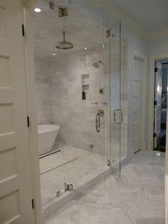 Badezimmer aus Marmor mit unterschiedlicher Fliesenanordnung