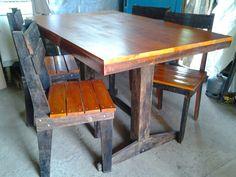 Conjunto de jantar rústico, feito com madeira de demolição retirada do lixo