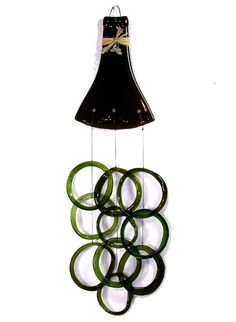 Another new way to up cycle a wine bottle! Wine Bottle Chimes, Wine Bottle Corks, Glass Bottle Crafts, Bottle Art, Beer Bottles, Old Bottles, Recycled Bottles, Cutting Glass Bottles, Recycling