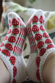 I want these strawberries socks Crochet Socks, Knitting Socks, Hand Knitting, Knit Crochet, Knitting Patterns, Ravelry, Wool Socks, Fair Isle Knitting, Sock Yarn