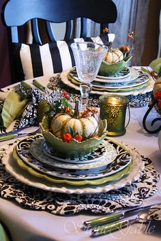 Green, black and white pumpkins Thanksgiving Decorations, Table Decorations, Centerpieces, Thanksgiving Tablescapes, Dresser La Table, Brunch Table, Autumn Table, Beautiful Table Settings, Table Arrangements