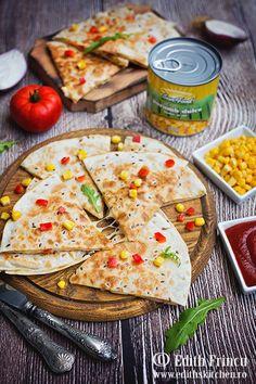 quesadilla-cu-porumb-si-ardei-2 Edith's Kitchen, Quesadilla, Tortillas, Mozzarella, Curry, Good Food, Ethnic Recipes, Mince Pies, Curries