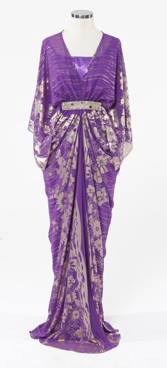 this silhouette! CLASSICS-Serie flower golden.no.5.Leila Purple symbolized color of good judgment. seeking spiritual fulfillment,meditation,magic&mystery and royalty.Thursday's color is purple.magie-melis #Abaya glamourous middle eastern attire