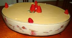 O Pavê Mousse de Morango combina biscoito com um creme que derrete na boca, morangos e uma cobertura deliciosa de chocolate Laka. Confira!