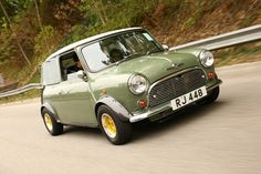 "a cool wee car - I remember those funny back windows ""zoom zoom original"" Mini Cooper Classic, Classic Mini, Classic Cars, Mini Clubman, Mini Countryman, Retro Cars, Vintage Cars, Mini Morris, Mini Cooler"