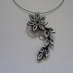 Collier pendentif fil alu et fleur kanzashi noir et gris