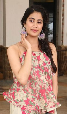 Beautiful Photos of Jhanvi Kapoor - Buy lehenga choli online Bollywood Heroine Photo, Bollywood Actress, Bollywood Makeup, Bollywood Jewelry, Bollywood Fashion, Beautiful Indian Actress, Beautiful Actresses, Bollywood Hairstyles, Celebrity Hairstyles