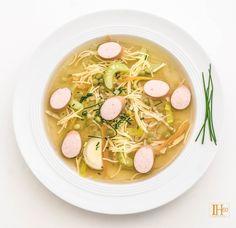 Klare Gemüsesuppe mit Fadennudeln und Würstchen Klare Gemüsesuppe mit Fadennudeln und Würstchen