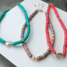 Mais opções de colares 😍😍 ótimos para usar nos dias de praia!!! #colares #verao #pastilhasnaturais #tendencia #news #semijoias #acessoriosfemininos Cute Jewelry, Boho Jewelry, Beaded Jewelry, Vintage Jewelry, Kandi Bracelets, Diy Bracelets Easy, Beaded Bracelets, Accesorios Casual, Chocker