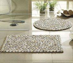 Sabe aquele tapetinho simples? Com pedras e uma cola apropriada, ele pode se transformar e mudar completamente o ambiente! O que acham da ideia? Caminhar sobre as pedras é uma das sensações mais