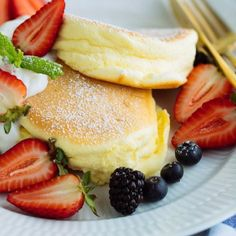 These Fluffy Japanese Souffle Pancakes are like eating cottony clouds, but even better with homemade whipped cream and fresh berries! Souffle Pancakes, Mini Pancakes, Onigirazu, Comida Keto, Homemade Whipped Cream, Cake Flour, Japanese Food, Japanese Pancake, Japanese Fluffy Pancakes