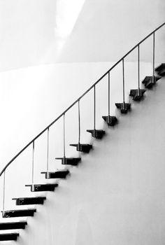 Escalier noir très léger - les marches sont carrément incrustées dans le mué et la rampe toute en légèreté.