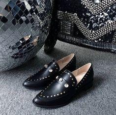 Novidades para as fãs de sapatos: a marca de calçados @follow_tami já ganhou os pés das cariocas e agora aterriza em terras paulistas com ponto fixo na @joulik. Muitas ligações uniram as duas marcas: Tanto a TAMI quanto a Joulik são comandadas por irmãs que também são sócias. A Joulik é de Karen e Katiúscia Moraes e a TAMI de Moana e Tami Alfieri. As duas marcas valorizam o trabalho manual a criatividade e a fabricação de peças próprias e totalmente brasileiras.  via L'OFFICIEL BRASIL…