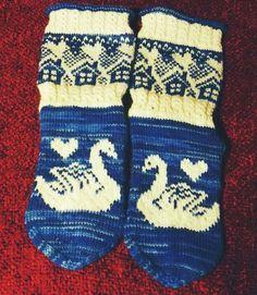 Neulojat loihtivat nyt upeita mökkisukkia! Katso kuvat versioista ja poimi ideoita | Kodin Kuvalehti Wool Socks, Knitting Socks, Kids Socks, Mittens, Christmas Stockings, Gloves, Cross Stitch, Blue And White, Textiles