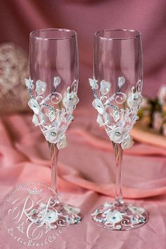White flowers wedding champagne glasses от RusticBeachChic на Etsy #weddingglasses and engraved #toastingflutes, #guestbooks, #unitycandles, #caketoppers and different #tablesetting. #wedding #weddings #weddingaccessories