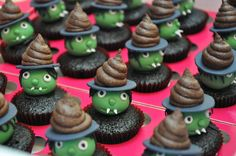 Halloween use oreo as tophat Fete Halloween, Halloween Goodies, Halloween Food For Party, Halloween Cupcakes, Halloween Treats, Halloween Witches, Holiday Snacks, Holiday Recipes, Cute Cupcakes
