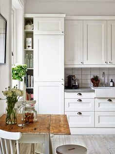 Scandinavian interior decor has always been fascinating. That's because of the simplicity and minimalist style. The kitchen in Scandinavian style has an airy and simple decor but it's also functional and practical. The Scandinavian kitchen design and Kitchen Interior, New Kitchen, Kitchen Dining, Kitchen Decor, Kitchen Cabinets, White Cabinets, Kitchen White, Kitchen Ideas, Ikea Metod Kitchen