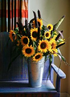 'Purple Majesty' millet and Texas sunflowers in a French flower bucket create a large, informal arrangement for the entry hall or dining buffet. Photo: John Everett / John Everett