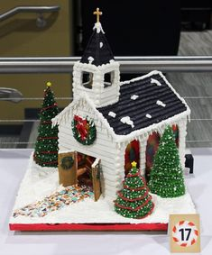 Beautiful Christmas Gingerbread House Ideas - Blush & Pine Creative - - There is a special skill that goes into making an amazing gingerbread house. Here I'm showing my favorite Christmas gingerbread house structures for Graham Cracker Gingerbread House, Gingerbread House Template, Gingerbread House Designs, Gingerbread House Parties, Gingerbread Village, Christmas Gingerbread House, Christmas Sweets, Christmas Goodies, Christmas Baking