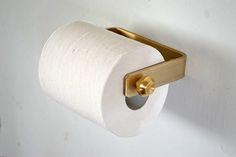 真鍮製のペーパーホルダーです。かんざしのようなハンドルを操作して、ペーパーを交換。ダブルはタオル掛けにも使えます。