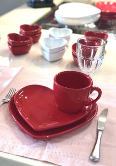 Cool Kitchen Gadgets, Kitchen Items, Cool Kitchens, Kitchen Decor, Red And White Kitchen, Pottery Painting Designs, Pastel Kitchen, Dining Ware, Glass Tea Cups