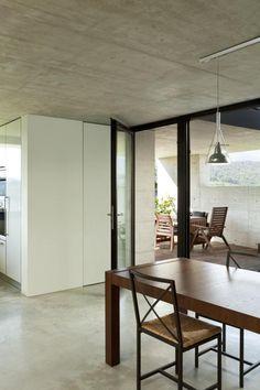 Betonowy sufit z metalowym dodatkami - styl loft