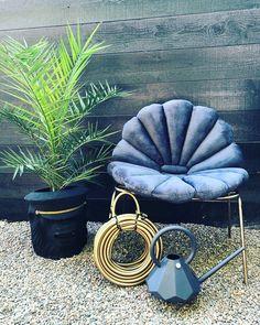 Finaste dynorna nu i butiken. Shell Cushion från @missgardenglory Gjorda i sammet & är även designade för utomhusbruk med fyllning av…