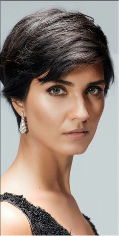 Tuba Büyüküstün is a beautiful Turkish actress. Pixie haircut/ earrings / makeup / beauty