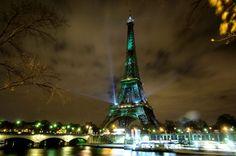 La Tour Eiffel s'est éclairée en l'honneur de la COP21 avec les lumières créées par l'artiste et architecteNaziha Mestaoui, le 29 novembre.