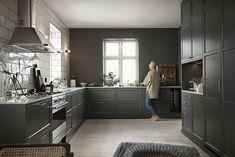Jubileumsfargen grønngrå i et nydelig stort kjøkken - Gastro Rustic Kitchen, Diy Kitchen, Kitchen Interior, Kitchen Dining, Kitchen Decor, Kitchen Cabinets, Wood Interior Design, Interior Design Living Room, Modern House Design